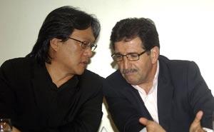 René Simoes (derecha) ya tiene los primeros problemas con la primera división del fútbol tico.