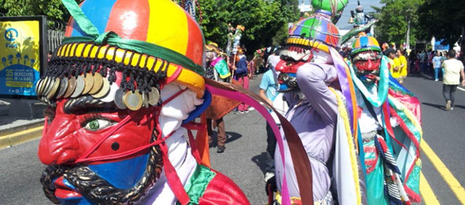 Inició la  mañana de este 1 de agosto en la plaza Salvador del Mundo y finalizará en el parque Cuscatlán. Carrozas, bandas de paz y personajes tradicionales del folclore salvadoreño participan en el desfile.
