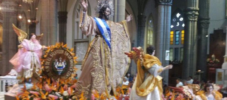 Con una procesión que partió desde Catedral Metropolitana cientos de feligreses acompañan ya los actos que culminarán esta tarde con la Transfiguración del Divino Salvador del Mundo.