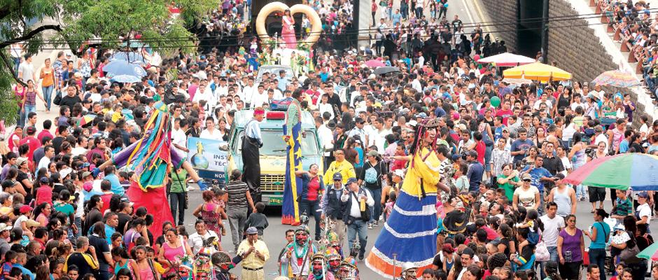 Desfile del comercio. El acto que marcó ayer el segundo día de las fiestas patronales de San Salvador fue el desfile del comercio, presenciado por miles de ciudadanos.